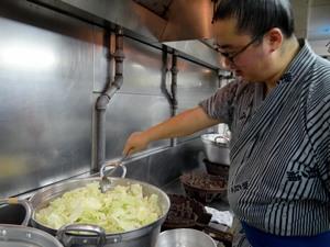 Lutteur préparant le chanko nabe
