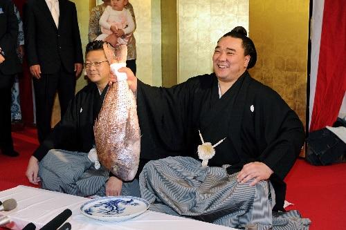 Le yokozuna Harumafuji soulève une dorade