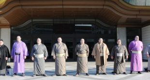 sumotoris en kimono devant le Kokugikan pour Google Street View