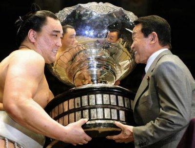 harumafuji portant le trophée