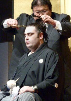Kokkai se fait couper le chon mage par son oyakata