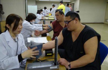 Des lutteurs de sumo passant un examen de santé