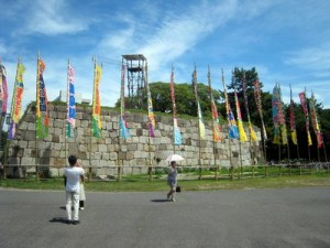 Entrée dans le parc de Nagoya avec les drapeaux de sumo