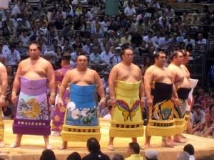 Lutteurs en kesho mawashi sur le dohyo