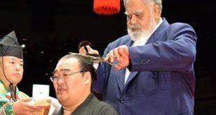 Takamisakari se fait couper le chignon par Takamiyama pour le danpatsu shiki