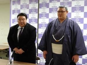 Hochiyama avec son oyakata pour annoncer son intai