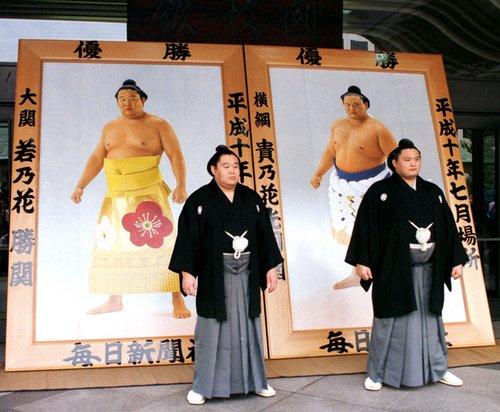 Wakanohana et Takanohana devant leur portrait exécutés par Suzue Sato