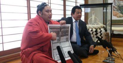 Natsu basho 2014 : le nouveau komusubi Chiyootori avec Kokonoe oyakata (ancien Chiyonofuji)