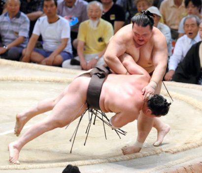 Hakuhô, Kotoshogiku et Takayasu à égalité. Kisenosato contre Hakuho