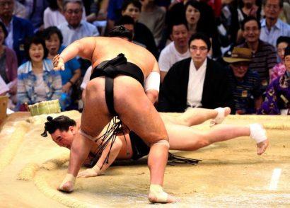 Osunaarashi dévore son deuxième yokozuna en battant Harumafuji