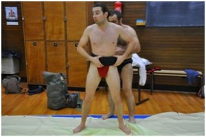 Aintoine aide à mettre le mawashi