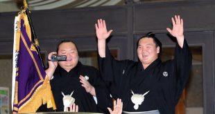 Hakuho lors de la parade avec Takarafuji