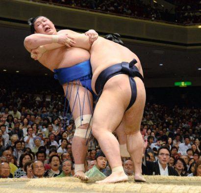 Endô et Jôkôryû lanternes rouges du tournoi. Ici Jokoryu contre Kisenosato