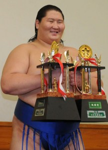 Ichinojo avec ses deux prix spéciaux
