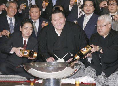 Hakuho célèbre son nouveau record