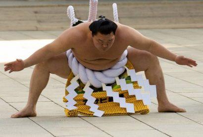 Hakuho lors du yokozuna dohyo iri au temple Meiji