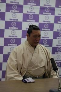 Homasho lors de la conférence de presse