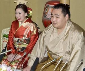 Le yokozuna Kakuryu s'est fiancé avec sa compatriote Dashnyam Munkhzaya annonce leurs fiançailles
