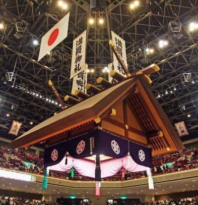 Le drapeau Maninonrei au Kokugikan