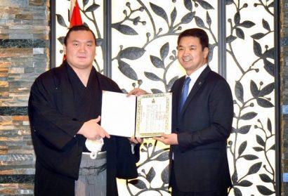 Hakuho recevant l'équivalence de la légion d'honneur mongole