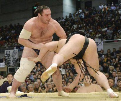 Tochinoshin bat le yokozuna Harumafuji