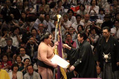 Terunofuji reçoit le drapeau des mains de son oyakata