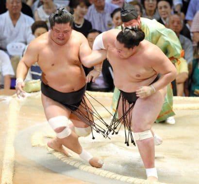 Terunofuji reste invaincu en battant le komusubi Myogiryu