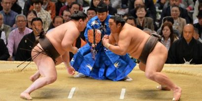 Hakuho prend un mauvais départ en perdant contre Okinoumi
