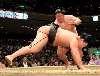 Yoshikaze bat Hakuho