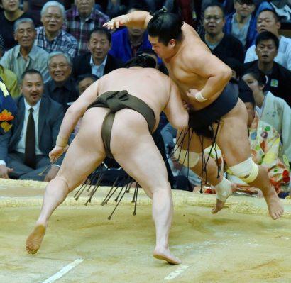 En battant Myogiryu, le yokozuna Hakuho devient le premier lutteur à atteindre le kachi koshi.