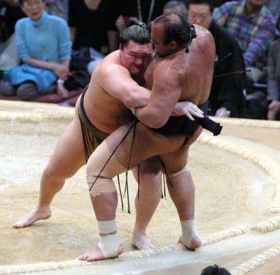 Hakuho et Kotoshogiku mènent