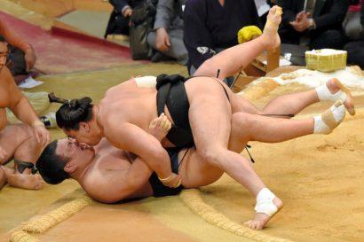 Harumafuji s'impose de peu face à Ikioi