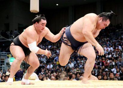 Grâce à la défaite de Hakuho, Harumafuji passe en tête