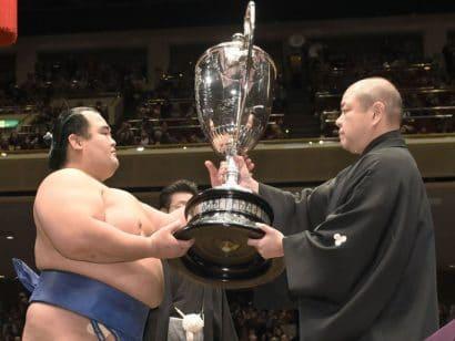 Kotoshogiku remporte le tournoi pour la première fois.