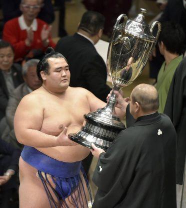 Kotoshogiku vainqueur du hastu basho 2016