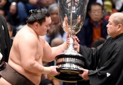 Hakuho reçoit la coupe de l'Empereur des mains du président Hakkaku