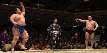 Hakuho conserve une victoire d'avance sur ses rivaux Kisenosato et Goeido.