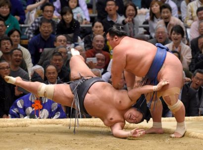 Kotoshogiku est revenu de loin en battant de justesse le sekiwake Toyonoshima