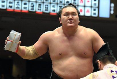 Hakuho déjà vainqueur du tournoi remporte les enveloppes du combat