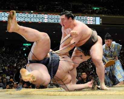 Hakuho prend l'avantage sur Kisenosato et s'empare de la tête du classement