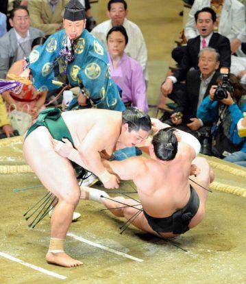Harumafuji prend du retard sur les leaders après la victoire de Okinoumi