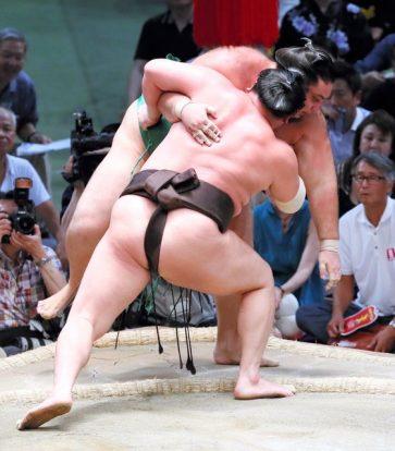 Takarafuji quitte le peloton et laisse Hakuho parmi les leaders du basho