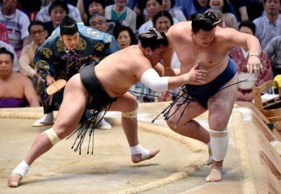 Harumafuji a été d'une incroyable efficacité pour sortir en quelques secondes Ikioi