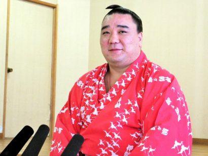 Harumafuji célèbre sa huitième victoire