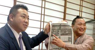 Chiyoshoma montre avec Kokonoe oyakata sa place sur le banzuke. Chiyoshoma fera ses débuts en makuuchi à l'aki basho 2016.