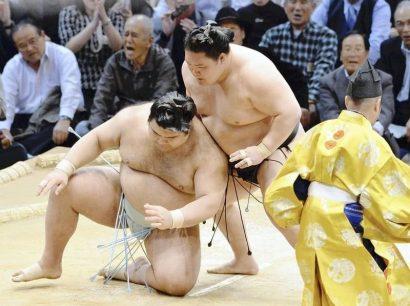 Goeido remporte son combat contre Takayasu