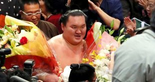 Hakuho avec des fleurs