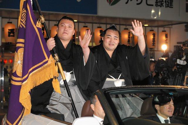 Kakuryu parade avec Ikioi
