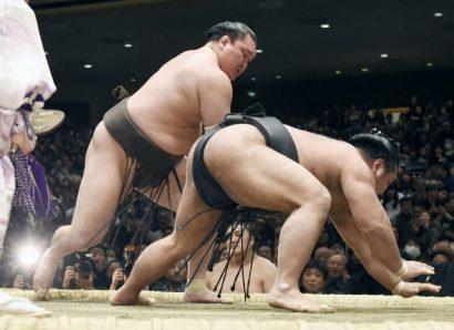 Hakuho et Kisenosato restent au coude à coude