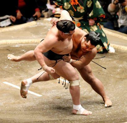 Shohozan remporte son troisième kinboshi en battant Harumafuji.